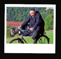 Mönch aus dem Kloster Beuron fährt Fahrrad