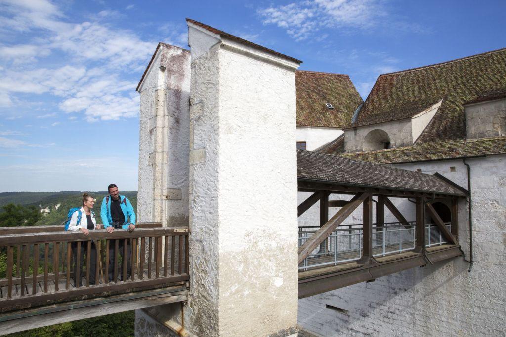 Eingang der Burg Wildenstein mit zwei Personen