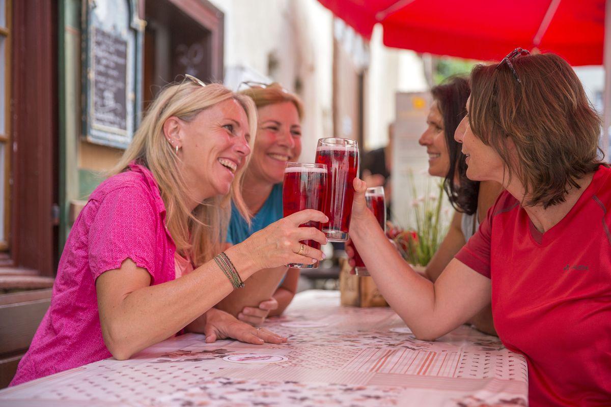 Vier Frauen geniessen im Schatten ein erfrischendes Saftschorle