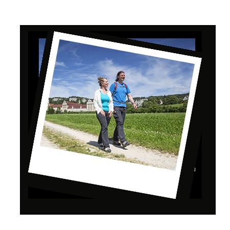 Zwei Personen wandern auf einem Weg in der Nähe vom Kloster in Beuron, Donautal