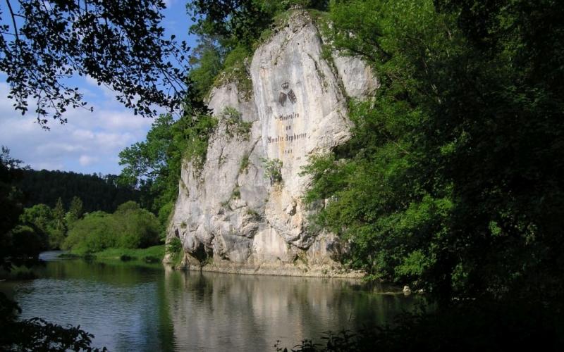 """Felsen an der Donau mit der Inschrift """"Andenken an Amalie Zephyrine 1841"""""""