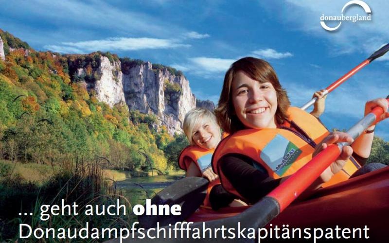 Zwei Kinder im Kanu auf der Donau mit Rettungswesten