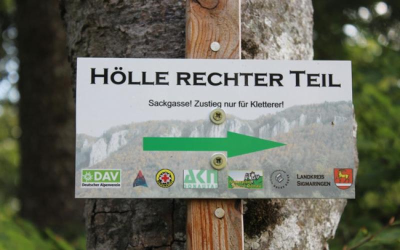 Hinweisschild: Hölle Rechter Teil, Sackgasse! Zustieg nur für Kletteret! (Grüner Pfeil nach rechts)