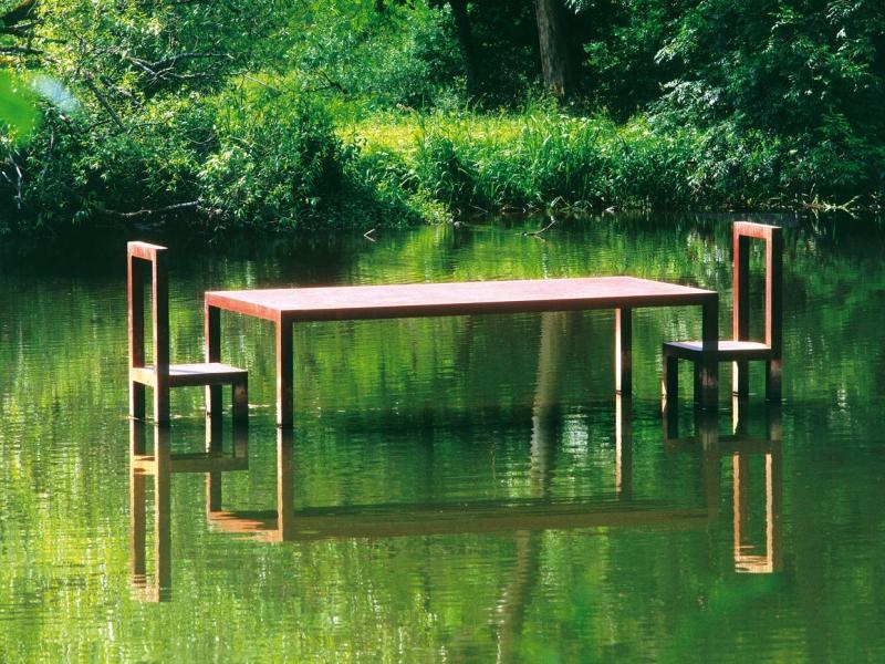 Kunstwerk: Tisch im Wasser